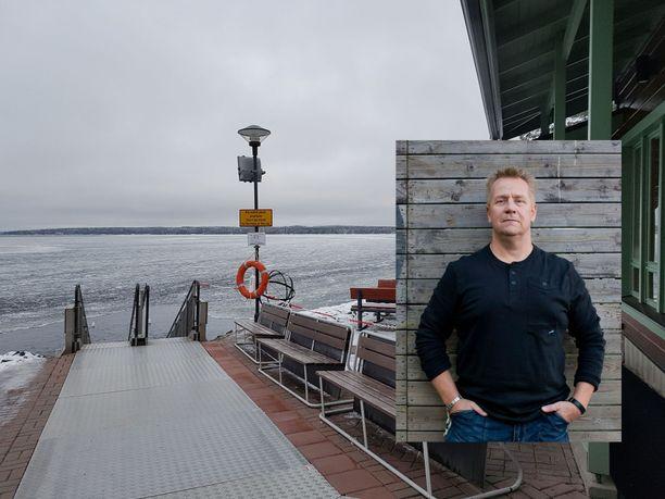 Olli Lindholm viihtyi arjessaan Kaupinojan saunalla, joka oli laulajalle henkireikä.