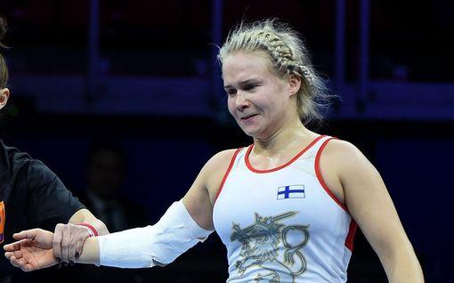 """Maailmanmestari Petra Olli kertoi MM-finaalin loppuhetkien sekasotkusta - ylisti valmentajansa toimintaa: """"He vannoivat, että päiväni tulisi vielä"""""""