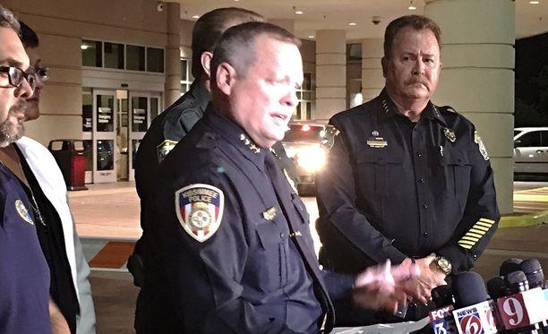 Kissimeen poliisipäällikkö Jeffrey O'Dell (keskellä) tiedostustilaisuudessa. Yksi poliisi ammuttiin perjantaiyönä kuoliaaksi Kissimeessä.