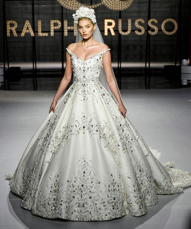 Elsa Hosk näyttää ihanalta Ralph & Russo -brändin morsiusasussa. Valkoinen kukkakruunu tekee lookista satumaisen.