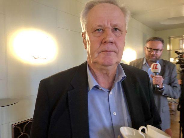 """Seppo Kääriäinen sanoo, ettei hän pidä kaikesta, mitä """"politiikan ilmapiiriin on siunaantunut"""", mutta se ei Kääriäisen mukaan ratkaissut hänen poisjääntiään."""