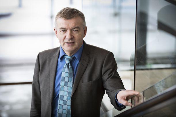 Ampumahiihtoliiton puheenjohtaja Kalle Lähdesmäki tykkää kommentoida julkisuudessa urheilupuolen asioita, jotka normaalissa organisaatiossa kuuluisivat operatiiviselle johdolle.