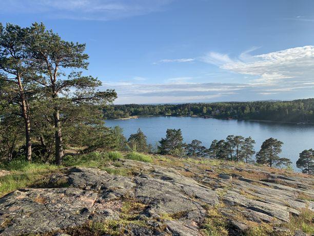 Badhusberget on mainio näköalapaikka Maarianhaminassa. Kukkulan toisella puolella avautuu komea näkymä yli kaupungin, toisella puolella voi ihailla saaristomaisemia.