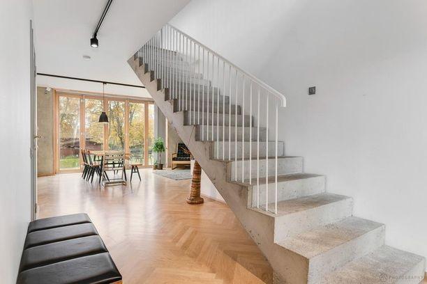 Rohkean valinta! Betoniset portaat metallikaiteineen varmasti huomataan.