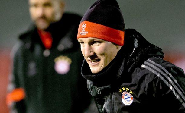 Bastian Schweinsteiger teki pientä säätöä pelikenkäänsä.