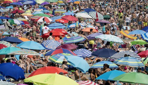 Valencian uimarannoilla istutaan näinä päivinä kuin sillit suolassa.