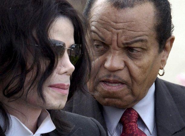 """Michael Jackson avautui jo eläessään väkivallasta, jota koki isältä Joseph """"Joe"""" Jacksonilta. Joe hakkasi lapsiaan muun muassa vyöllä, koska halusi heidän oppivan tanssiliikkeet nopeammin."""