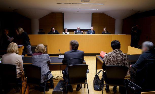 Tytön murhaan liittyvien virkarikossyytteiden pääkäsittely alkoi tänään Helsingin käräjäoikeudessa. Koska kaikki osapuolet eivät mahtuneet saliin, päätettiin istunto siirtää välittömästi isompaan saliin.