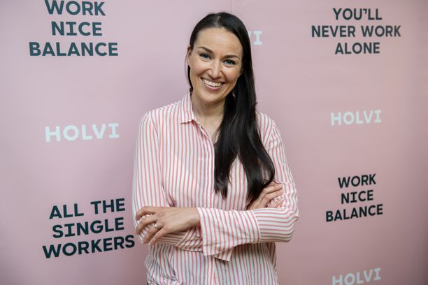 Jasmin Hamid saapui kesäkuussa Tuplashotti-podcastin verkostoitumistilaisuuteen. Tilaisuuden järjestivät Mia Ehrnrooth ja Maria Friström.