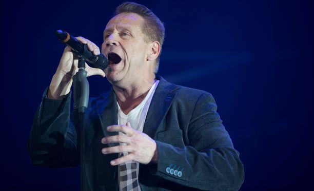 Olli Lindholm antoi kahdelle bändinsä jäsenelle potkut 35-vuotisjuhlakiertueen jälkeen.