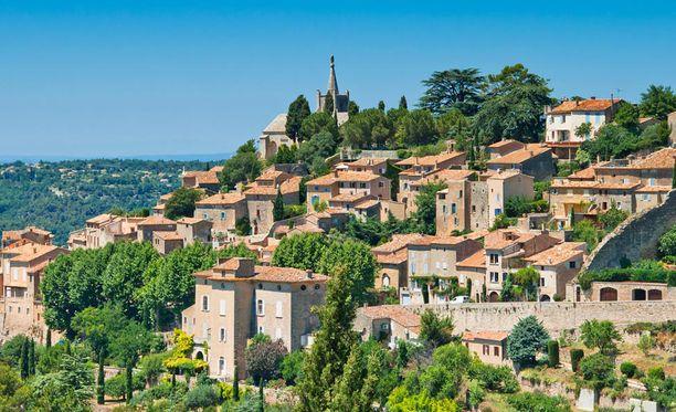Bonnieux on turistien suosiossa oleva kukkulalle rakennettu kylä, jossa on jyrkkiä muureja.