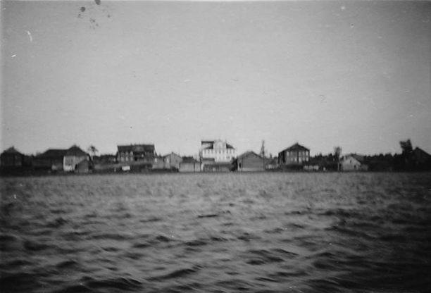 Reskan kylää Äänisen rannalla sodan aikaan. Kauko Kimpimäki asui tummassa kaksikerroksisessa talossa, joka on kuvassa toinen talo oikealta.