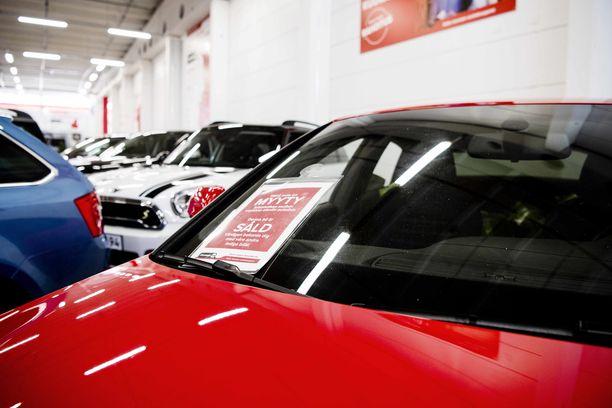 Uusien dieselautojen myynti on vähentynyt, mutta tuontiautot lisäåvät kokonaismääriä.