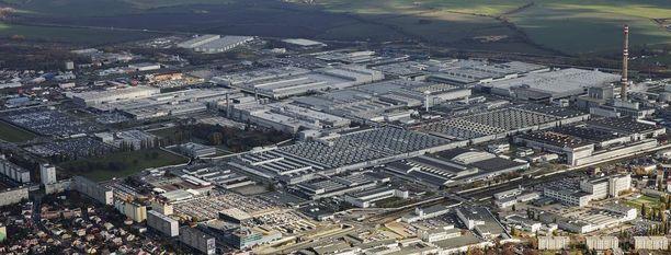 Kaupunki kaupungissa. Mladá Boleslavissa sijaitsevassa jättimäisessä tehtaassa työskentelee valtaosa kaupungin asukkaista.