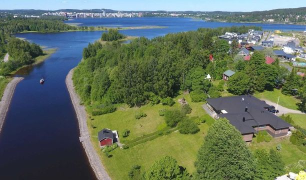 Tämä talo sijaitsee Jyväskylässä Jyväsjärven ja Päijänteen yhdistävällä Äijälänsalmella. Täystiilitalo on valmistunut vuonna 1971 ja sen kokonaispinta-ala on hulppeat 365 neliötä.