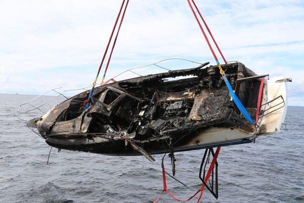 Merivartiosto perusteli nosto-operaatiota ympäristövahinkojen ehkäisemisellä.