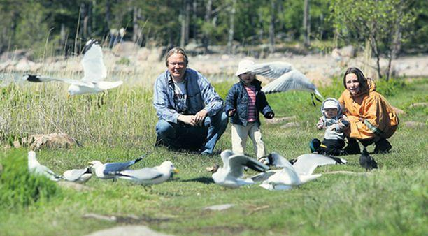Juha Laaksonen ja Minna Pyykkö nauttivat lapsiensa Iidan ja Joosen kanssa Lauttasaaren luonnosta. Yksivuotias Joose huitoo jo innoissaan lintujen perään.