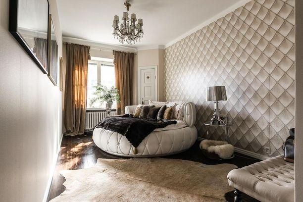 Persoonallinen pyöreä sänky on tämän makuuhuoneen katseenvangitsija. Vanhan talon tunnelma välittyy makuuhuoneen materiaalivalinnoissa. Persoonallisista valinnoista huolimatta makuuhuone on harmoninen.