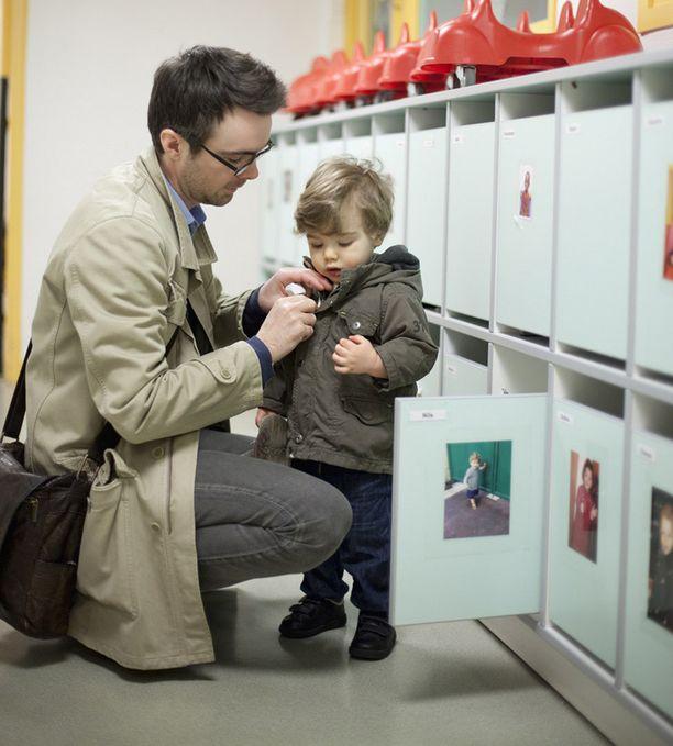 Päiväkodin työntekijä ei halua kuulla palautetta lapsen kautta.