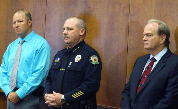 Fargon poliisipäällikkö David Todd (kesk.) kertoi toimittajille tapauksen käänteistä maanantaina.