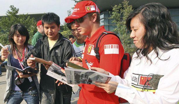 Innokkaat kiinalaisfanit piirittivät Kimi Räikkösen Shanghaissa.