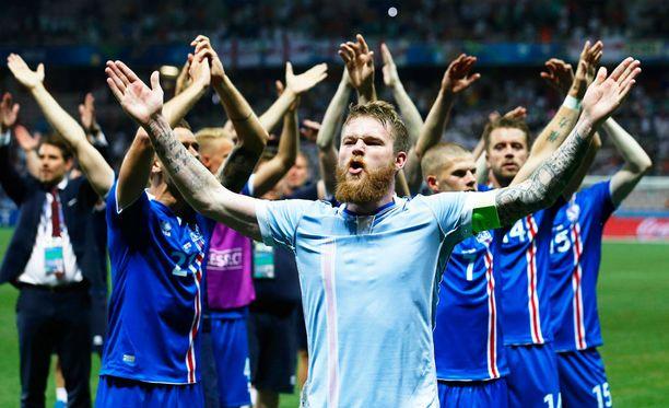 Islannin pelaajat juhlivat voittoa Englannista.