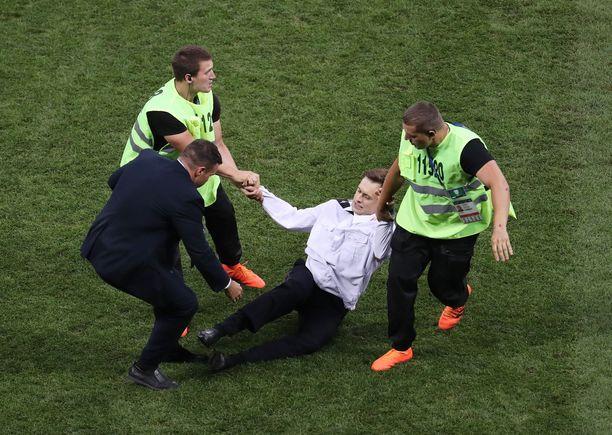 Järjestysmiehet raahasivat Pussy Riot -aktivistit kentältä Moskovan MM-finaalissa.