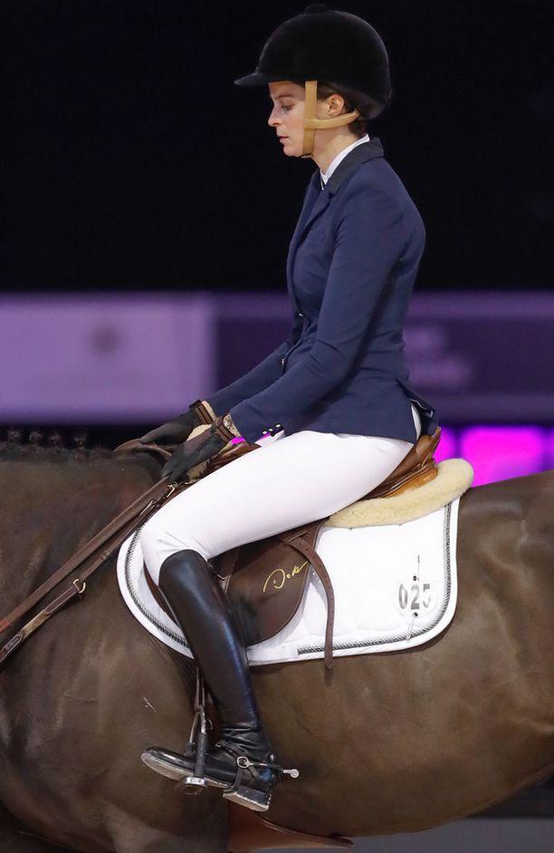Athina on taitava ratsastaja. Torstaina hän osallistui Pariisissa ratsastuskilpailuihin.
