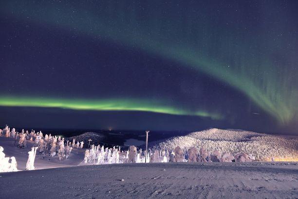 Näkymä keskiyöllä Ruka-tunturin huipulta, kun taivas esittelee väripalettiaan.