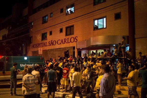 Sankoin joukoin futisfaneja kerääntyi Sao Carlosin sairaalan edustalle Fortalezassa.