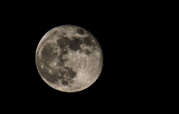 Kuu mollottaa täysinäisenä.