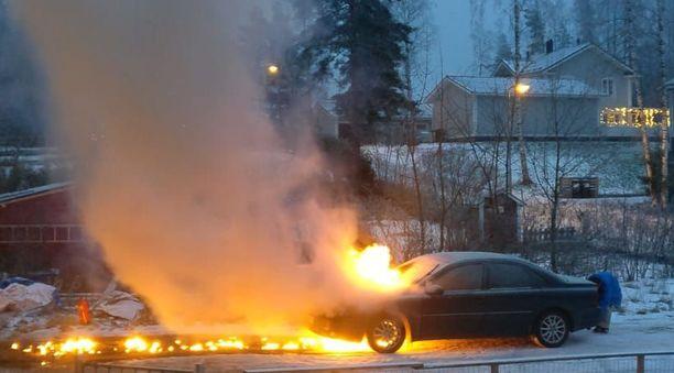 Lämmitysjohdon päässä ollut auto syttyi tiistaina tuleen Lahdessa.