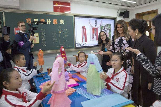 Marraskuussa Trumpien Aasian-kiertueella Melania vieraili koulussa Pekingissä.