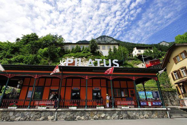 Juna lähtee Luzern-järven rannalla sijaitsevalta Alpnachstadin asemalta.