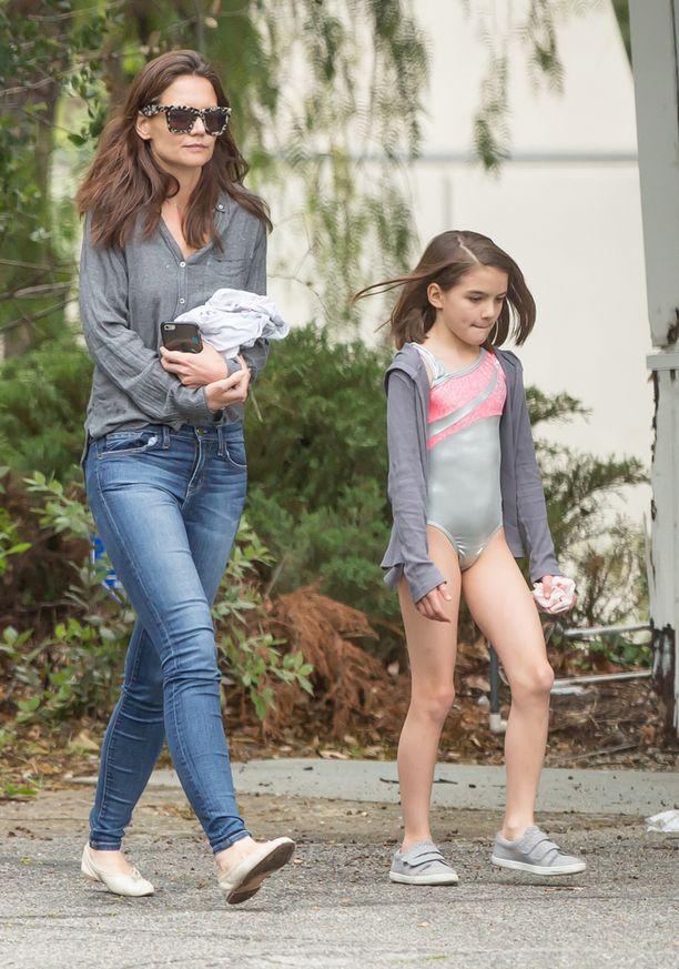 Katie Holmes on käytännössä 10-vuotiaan Surin yksinhuoltaja.