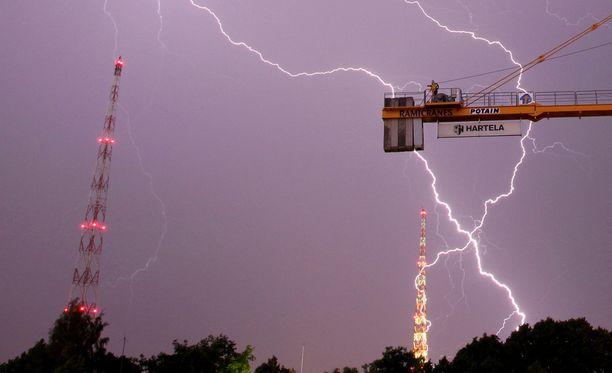 Salaman isku tapahtui viime kesänä Etelä-Suomessa ukkosmyrskyn aikana. Kuvituskuva.