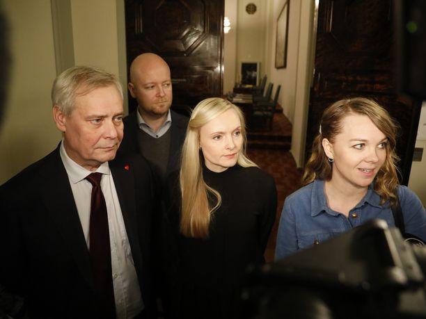 Antti Rinne (sd), Maria Ohisalo (vihr) ja Katri Kulmuni (kesk) kuvattuna viime vuonna. Maanantaiaamun jälkeen vain Ohisalo on kolmikosta enää ministerinä.
