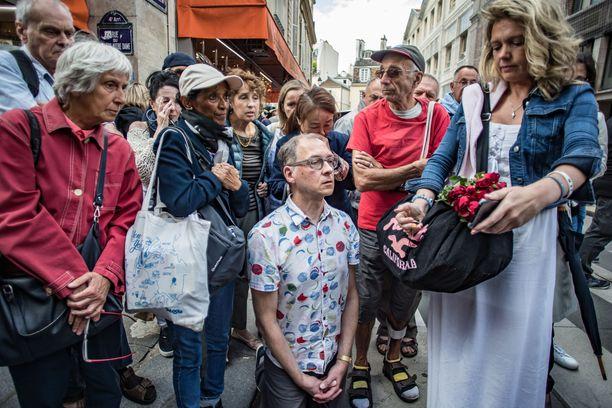 Notre Damen edessä ihmiset rukoilivat ja katsoivat messua kännyköistään.