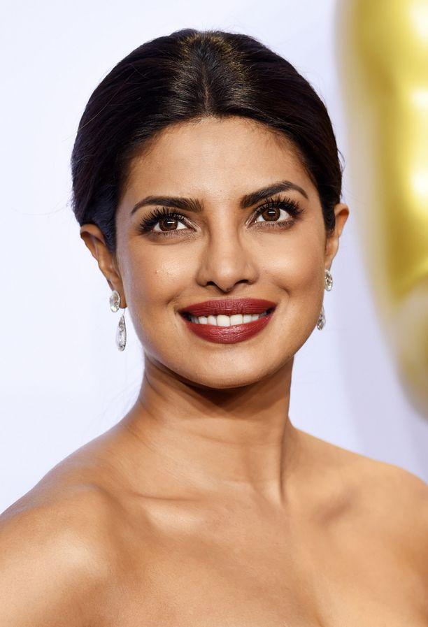 Priyanka Chopran huulipunansävy sopii täydellisesti tummalle kaunottarelle.