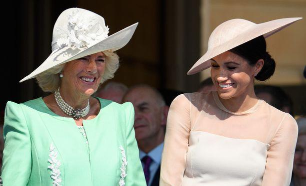 Camilla ja Meghan nauroivat iloisesti yhdessä tiistain juhlissa.