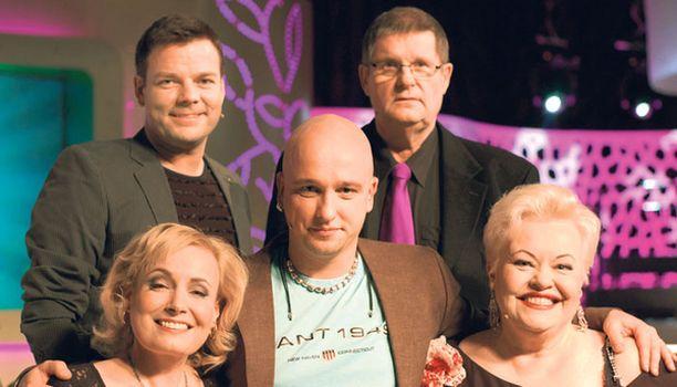 Jari Sillanpää, Fredi, Sonja Lumme ja Anneli Saaristo eivät pönötä tällä lailla Sami Hintsasen juontamassa ohjelmassa.