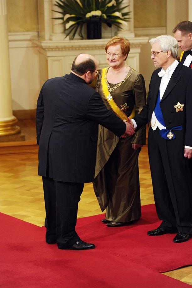 Linnan juhlissa 2011 Repo kätteli Tarja Halosen ja Pentti Arajärven.