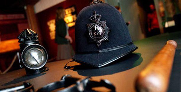 Lontoon poliisin yövalo, käsiraudat, kypärä ja pamppu 1800-luvun lopulta.
