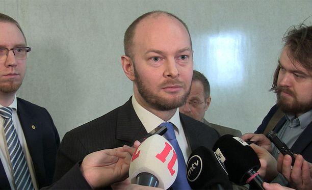 Sinisten puheenjohtaja Sampo Terho oli kameroiden edessä hermostunut mies kansanedustaja Kaj Turusen loikkauksen vuoksi. Turunen ilmoitti tänään siirtyvänsä kokoomuksen eduskuntaryhmään.