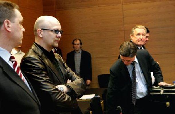 Pokeriammattilainen Aki Pyysing (vas. asianajaja Ari Halonen) ja kasinomiljonääri Pekka Salmi (oik.) valittivat käräjäoikeuden päätöksestä hoviin, jossa asian käsittely jatkuu.
