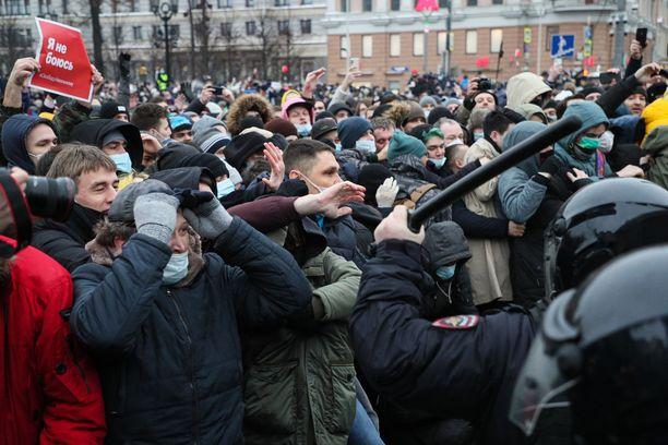 Navalnyin kannattajat ottavat yhteen poliisin kanssa Moskovassa viime lauantaina.