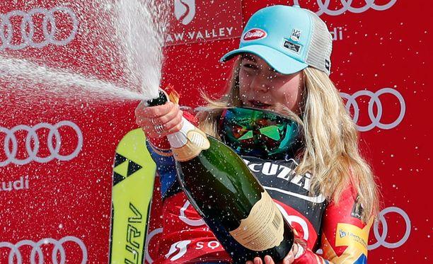 Mikaela Shiffrin juhli pujottelucupin voittoa.