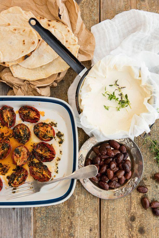Ricotta, uunitomatit, oliivit ja rieska ovat täydelliset yhdessä.