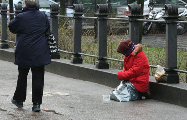 KOTI JA KATU Turvapaikkaa hakenut kerjäläinen asuu vastaanottokeskuksessa, mutta voi silti käydä kerjäämässä kadulla.