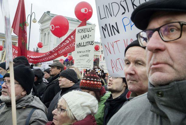 SAK järjesti Senaatintorilla mielenilmaisun helmikuussa. SAK:n puheenjohtaja Jarkko Eloranta on linjannut, että on muiden toimien vuoro, jos hallitus ei vedä pois irtisanomisesitystään.